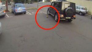 Ce se intampla cand arunci GUNOIUL din masina, pe strada! Ce le face soferilor o fata pe motocicleta! VIDEO