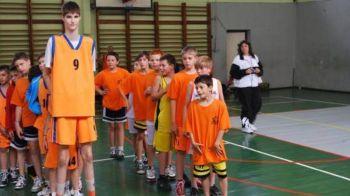 Cum arata o zi din viata GIGANTULUI lansat de Romania in sport. La 14 ani, are 225 cm inaltime si promite ca va cuceri titlul NBA