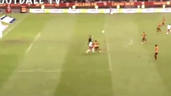 Era la 30 de metri de poarta, mingea a venit perfect si n-a rezistat! Zlatan a fost cel mai fericit dupa faza asta