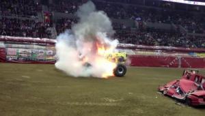 Momente de panica in timpul show-ului! Monstru pe 4 roti a luat foc! Tot stadionul a ramas masca atunci cand l-au vazut pe pilot