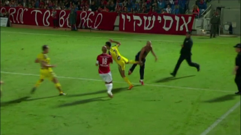 Scene socante la un meci din Israel. Un jucator a fost atacat de un suporter pe teren si apoi a inceput HAOSUL. Ce s-a intamplat