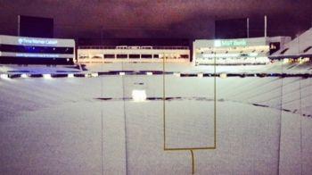Imagini apocaliptice din SUA. Stadionul a fost ingropat in 220.000 de tone de zapada dupa ninsorile record din State. Cum arata