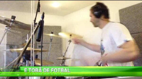 Petr Cech, superstarul! Jucatorul lui Chelea se poate reorienta dupa ce o termina cu fotbalul: bate tobele ca nimeni altul :)