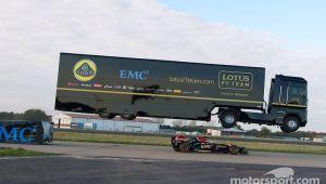 Cascadorie de Cartea Recordurilor! Un camion imens a sarit peste o masina F1 in miscare! VIDEO FABULOS!