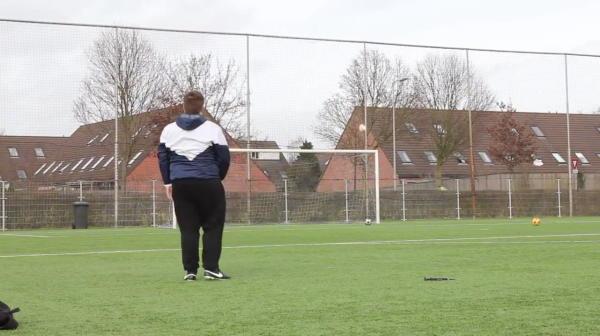 100 de kilograme de talent pur! :) Un grasut face senzatie pe net cu loviturile sale libere! Cum reuseste sa-i eclipseze pe Pirlo si Ronaldo
