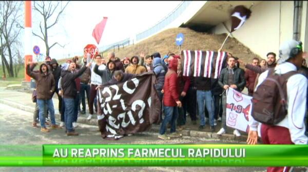 Fanii Rapidului au blocat azi aeroportul la sosirea echipei din Grecia.