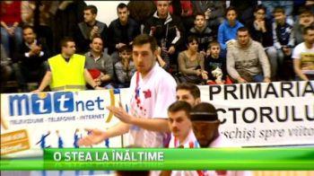 El e romanul care putea sa aduca un record mondial pentru Romania! Cum arata baschetbalistul de 2,2 metri din campionatul Romaniei
