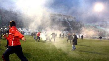 """Apocalipsa fotbal"". Imagini incredibile de la Panathinaikos - Olympiakos. Sute de fani in teren cu torte si fumigene. FOTO"