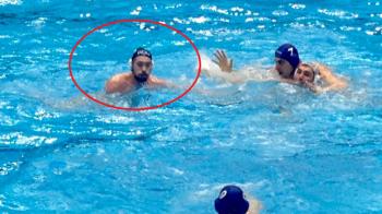 Moment rar la Bucuresti: un jucator de polo din nationala Ungariei a purtat casca cu Romania in timpul meciului!