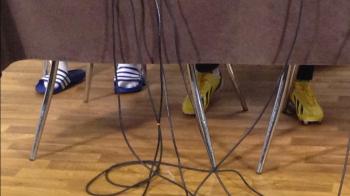 Dovada ca n-avem o nationala de desculti! Cine a venit in ghete la conferinta si cine si-a asortat atent papucii la sosete :)