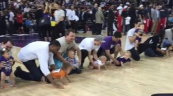 "Prima cursa ""BABY STEPS"" din lume :) Show total pe un teren din NBA. Ei au fost eroii serii. VIDEO"
