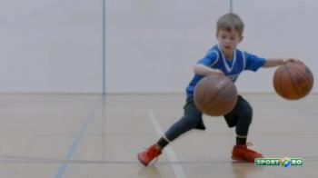 Are doar 5 ani, dar a cucerit mii de fani! Un pusti din America face senzatie sub panoul de baschet, desi nu are o mana: VIDEO