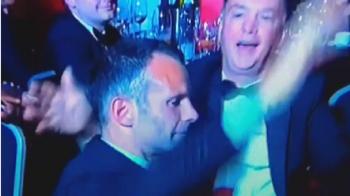 """IMAGINILE ANULUI: Managerul lui United s-a facut in ultimul """"Van Gaal"""" la petrecere :) L-a luat la palme pe Giggs si a tinut un discurs memorabil: VIDEO"""