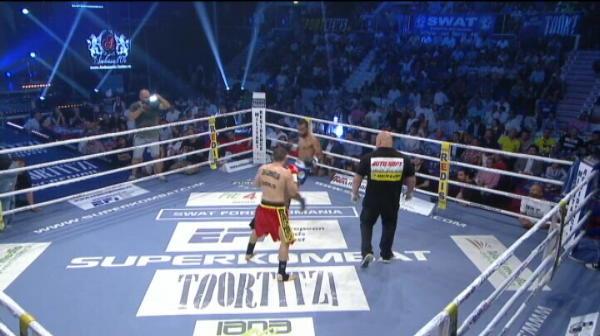 Cristi Spetcu il bate pe francezul Suliman Vazeilles. Acesta din urma s-a accidentat la picior si nu a mai putut sa continue