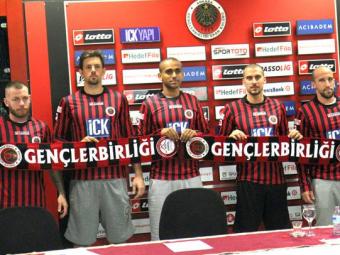 Latovlevici, prezentat oficial la noua sa formatie! Fundasul se va duela in sezonul viitor cu Ronaldinho si Eto o: FOTO