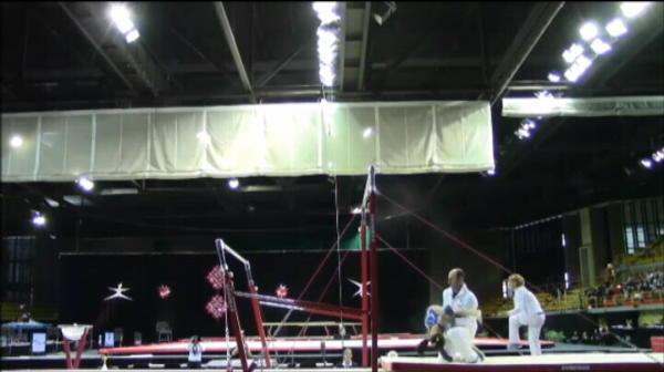 Aproape sa isi rupa gatul: o gimnasta, salvata in ultima clipa de antrenor! Prindere de 10 pentru o aterizare de ZERO VIDEO