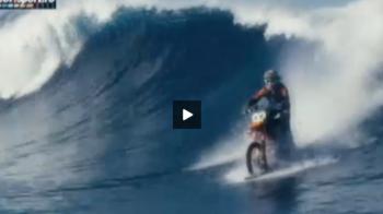 Imagini ireale! Dublura lui James Bond in ultimul film si-a modificat motocileta si face surf pe valuri uriase: VIDEO