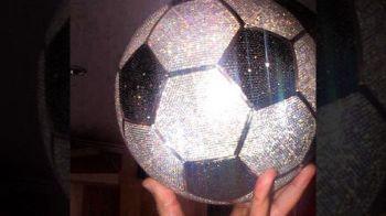 N-a luat Balonul de Aur, asa ca si-a facut unul plin cu DIAMANTE :) Cine e fotbalistul care a dat 250.000 de dolari pe mingea din imagine
