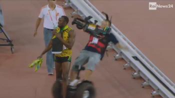 Accident teribil cu Usain Bolt dupa ce a iesit campion mondial la 200m! Un cameraman a intrat in el si l-a trantit pe jos! VIDEO
