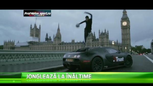 Olandezul a jonglat cu mingea la Londra, langa Big Ben. A oferit imaginea zilei, sus pe masina Bugatti Veyron