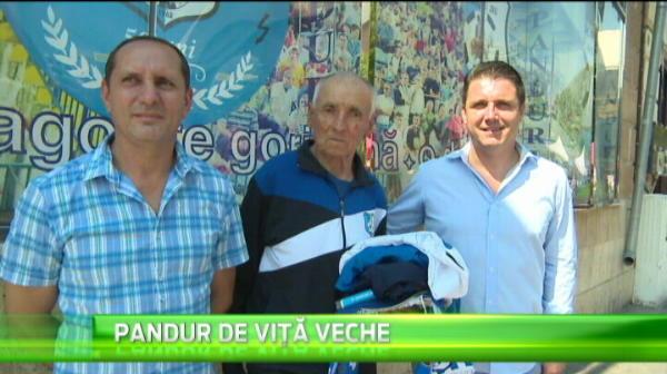 """Dupa Lupul Singuratic de la Urziceni, inca un suporter """"veteran"""" face senzatie. """"Nea Valeriu"""" are 84 de ani si merge peste tot dupa echipa sa"""
