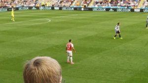 Imaginea saptamanii in Premier League! Ce facea un suporter in timpul meciului Newcastle - Arsenal. :) FOTO