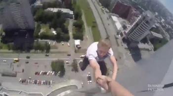 Nebunie! Un rus face acrobatii la 100 de metri in aer, fara nicio masura de siguranta! Te ia ameteala numai cand privesti VIDEO