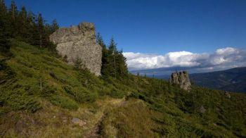 (P) Cum arata cea mai frumoasa poteca de munte din Romania. Statuia cu 3 fete care rivalizeaza cu Sfinxul din Bucegi