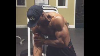 """""""Haideti sa va arat bicepsul meu celebru"""" INCREDIBIL! Ce se intampla dupa ce se strange de mana! VIDEO"""