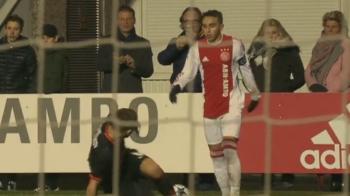 Cel mai tare FAKE CROSS pe care l-ai vazut in fotbal! Un pusti de la Ajax s-a jucat cu mintea unui fundas pana l-a pus jos! VIDEO