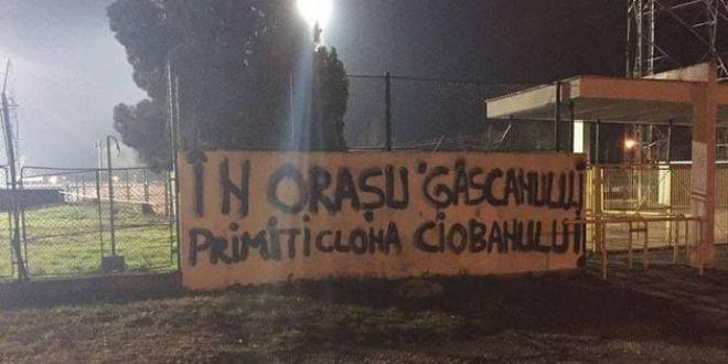 Niste DOBITOCI!  Reactie violenta a conducerii Stelei, dupa mesajele scrise pe gardurile stadionului din Pitesti!