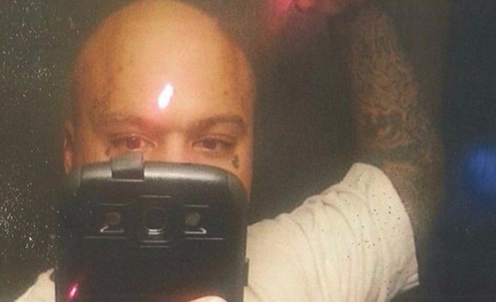 Barbatul din imagine a fost condamnat la 15 ani de inchisoare pentru ca a pus aceasta fotografie pe Facebook! Ce tinea in mana