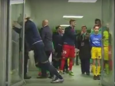 Zlatan POWER: a incercat sa faca miscari de incalzire inainte de meci, dar a 'rupt' usa si a intrat cu totul intr-o camera :)) VIDEO