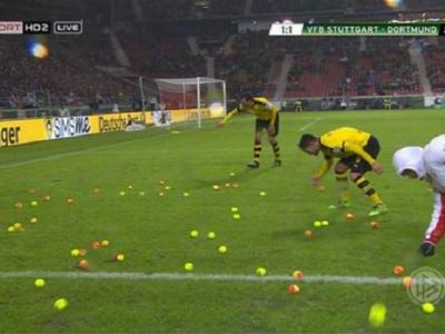 Asa ceva nu s-a mai vazut niciodata pe un teren de fotbal: a plouat cu mingi de tenis la Stuttgart - Dortmund. De ce au protestat fanii