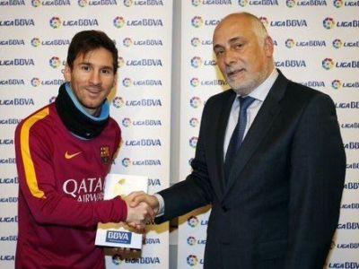 Ce gluma buna :) Leo Messi tocmai a castigat pentru prima data acest trofeu, singurul care ii lipsea din vitrina