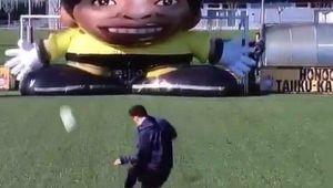 Messi vs. Goliat :) Nici macar un portar de 7x7 metri nu-i poate sta in cale argentinianului. Pe unde a reusit sa strecoare mingea | VIDEO