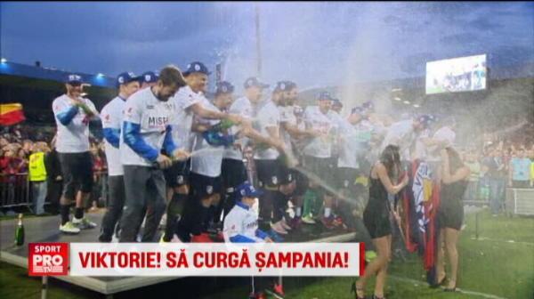 Nebunie la sarbatoarea de titlu a Viktoriei Plzen! Ce au patit fetele care au fost aduse sa le dea trofeul :))