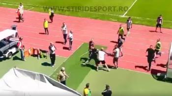 VIDEO UPDATE: Suporterii Universitatii Cluj au intrat pe teren cu bate si i-au alergat pe jucatori. L-au prins pe Cordos si au rupt tricoul de pe el