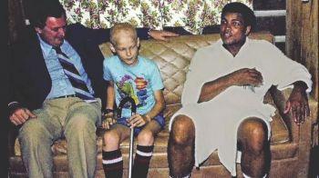 """""""Eu il bat pe Foreman iar tu o sa bati leucemia"""" Dialogul lui Ali cu baietelul bolnav care a venit sa il viziteze inainte de meciul celebru din 1974"""