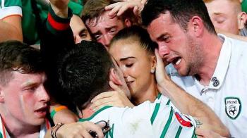 POZA ZILEI: Emotie level 100! Cum arata iubita sexy a lui Brady, pe care o lume intreaga a vazut-o aseara dupa golul in poarta Italiei!