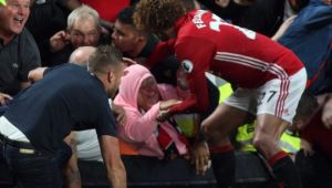 Scene nebune in Premier League! In loc sa se bucure la gol, Fellaini a salvat o femeie STRIVITA de fani in tribuna! FOTO