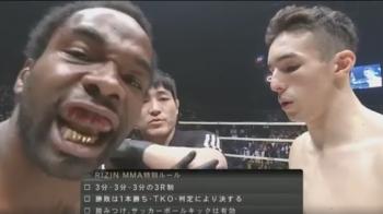 Ce se intampla cu acest luptator imediat dupa ce se stramba la camera :)) Meciul se termina in doar 7 secunde! VIDEO