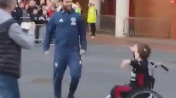 Gestul FABULOS al lui Juan Mata in fata Old Trafford! Ce a facut cand l-a vazut pe acest pusti