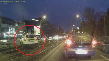 Un roman a luat-o cu Dusterul de firma pe sinele de tramvai. Reactia sefului cand l-a vazut pe net. VIDEO
