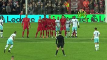 SUPER FOTO! Arbitrul care a inceput sa-l imite pe Cristiano Ronaldo pe teren fara sa-si dea seama :)) Cum a fost fotografiat