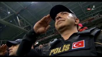 Momente emotionante in Turcia. Jucatorii lui Galatasaray i-au luat in brate pe politisti, dupa atentatele sangeroase. Reactia lui Cristi Tanase dupa bombele de la meciul lui Besiktas