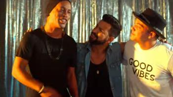 Ronaldinho, ca Mutu :) Fostul superstar a jucat in videoclipul unui cantaret brazilian. VIDEO