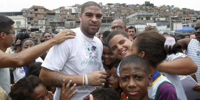 Petrecerea monstruoasa data de Adriano in favela de ziua lui! Bratarile de intrare s-au vandut pe piata neagra