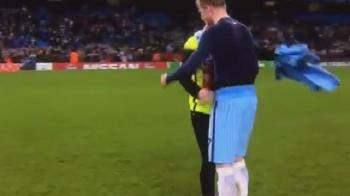 Imagini senzationale: ce s-a intamplat cu fanul lui City care a pus mana pe tricoul lui De Bruyne VIDEO