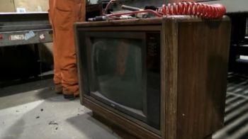 A vrut sa arunce un televizor vechi, dar a gasit in interior o suma uriasa de bani! Ce s-a intamplat apoi